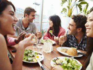 食事を楽しむ男女