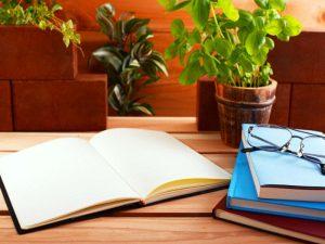 広げられたノート類とメガネ