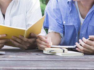 勉強に励む学生